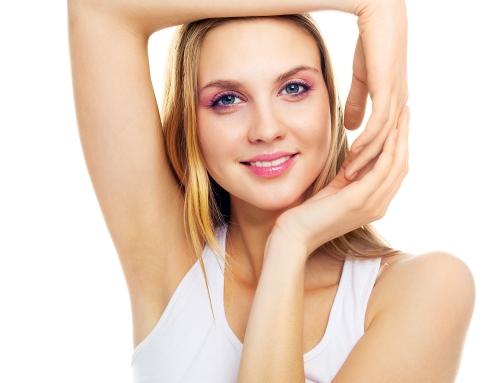Des surplus de graisse et de peau s'accumulent dans vos bras ? Faites appel au lifting des bras
